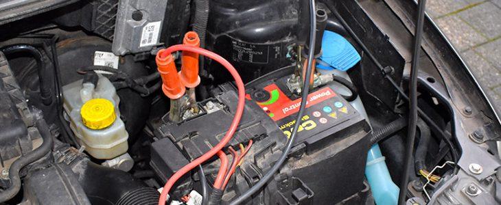 Autobatterie richtig überbrücken: Anleitung