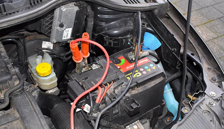 Batterie mit Überbrückungskabel
