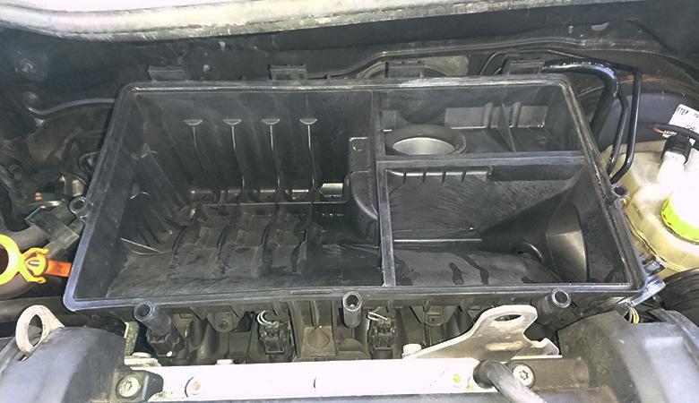 Seat Ibiza 6J Luftfilterkasten geöffnet