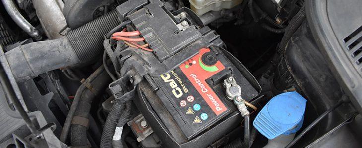 Batterie wechseln / ausbauen – Skoda Fabia II 5J