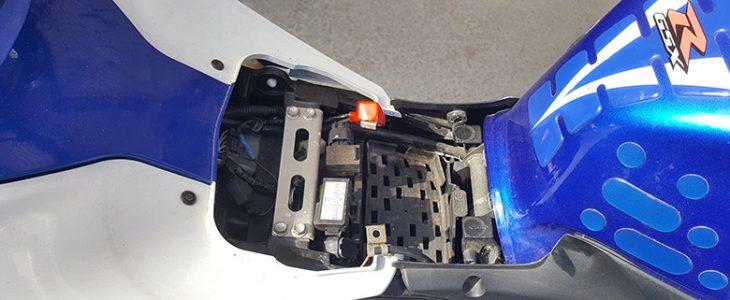 Batterie ausbauen – Suzuki GSX-R 600 K6 K7 K8 K9 L0
