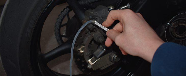 Motorrad Bremsflüssigkeit selbst wechseln – Anleitung