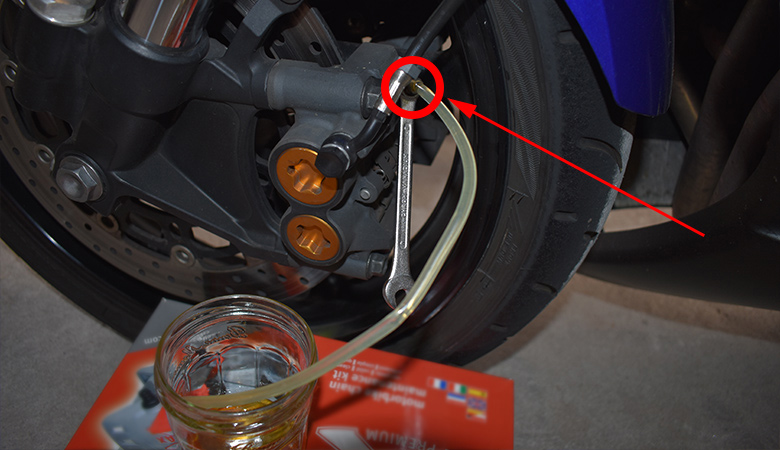 Yamaha R6 06-07 RJ11 RJ15 Bremsfluessigkeit Entlueftungsschraube lockern Bremssattel vorne
