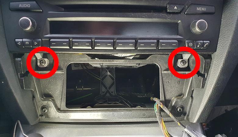 BMW 3er E90 Radio ausbauen Schrauben