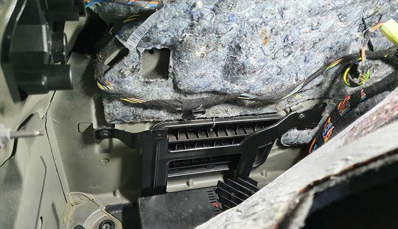 BMW 3er E90 Verstärker Halterung Schrauben 2