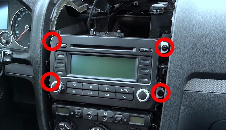 VW Golf 5 Radio ausbauen Schrauben