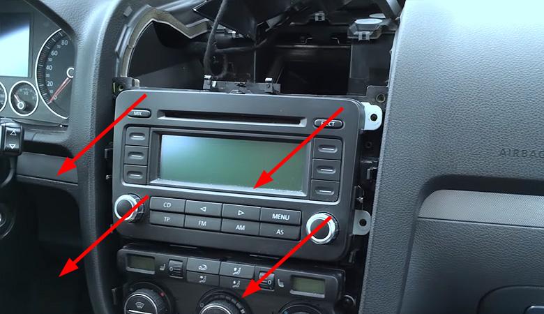 VW Golf 5 Radio ausbauen