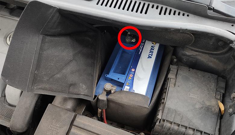 VW Golf 6 Touran Batterie Minuspol