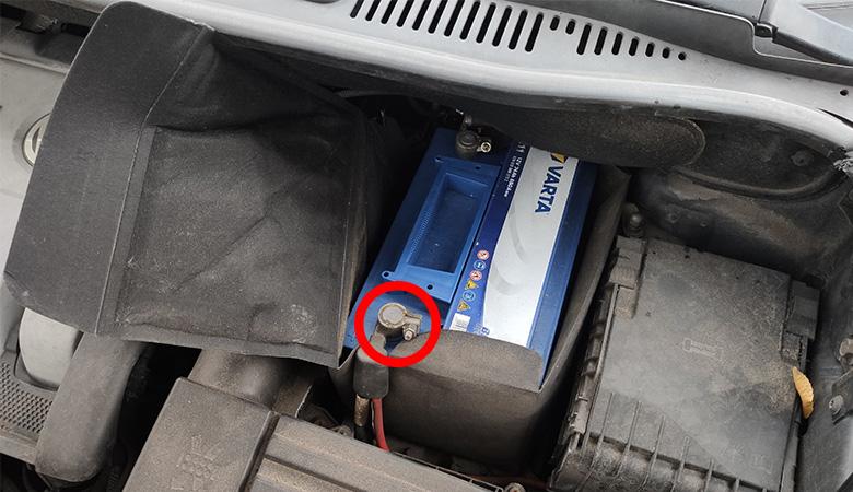 VW Golf 6 Touran Batterie Pluspol
