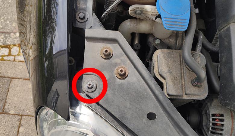 VW Golf 5 Scheinwerfer Schraube oben