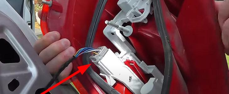 Rücklicht ausbauen – Ford Fiesta MK7 '09